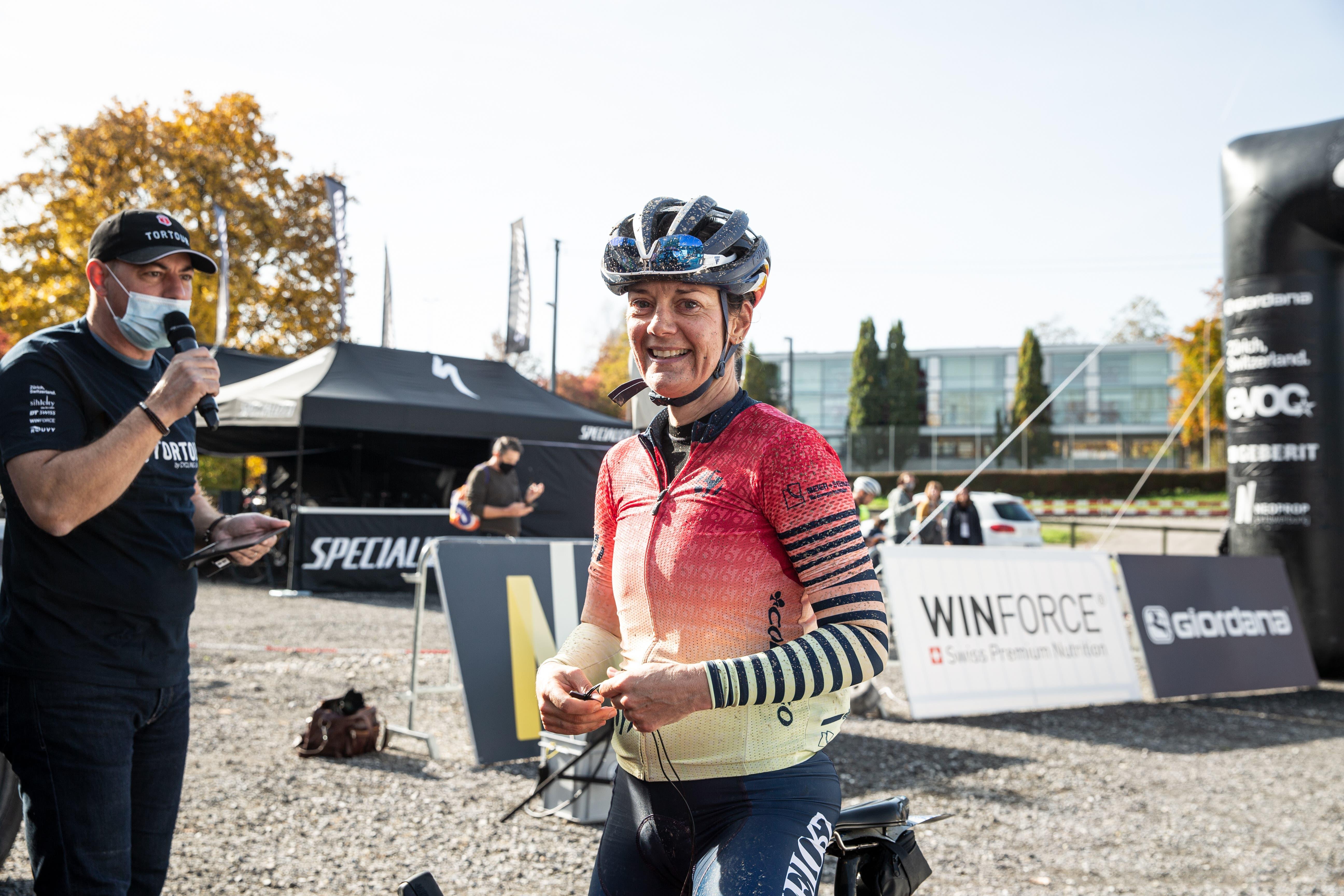 Impressionen des Zieleinlaufs der Gravelbike Tortour. Im Bild: Die Zürcherin Jutta Stienen, Siegerin bei den Frauen.