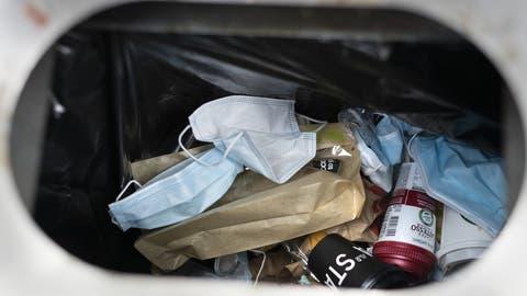 Benutzte Hygienemasken liegen in ein Abfalleimer. (Bild: Keystone(Gaetan Bally(Zürich, 22. juli2020))