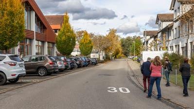 Die Ausbaugegner, die nicht von vorn im Bild gezeigt werden wollen, bei der Begehung entlang der Flurstrasse. Links ist Baumgartner Fenster ansässig. (Bild: Patrick Hürlimann (Hagendorn, 27. Oktober 2020))