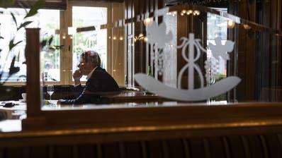 In den Schweizer Beizen ist es einsam geworden: Gastrosuisse-Präsident Casimir Platzer in einer Berner Bar. (Symbolbild) (Keystone)