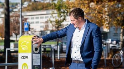 FDP-Kantonsrat Thomas Meier aus Schenkon bei einer Ladestation für Elektrofahrzeuge auf der Allmend in Luzern. Er will mit einem Vorstoss dafür sorgen, dass bald mehr Stationen auf privaten Parkplätzen zur Verfügung stehen. (Bild: Eveline Beerkircher (27. Oktober 2020))