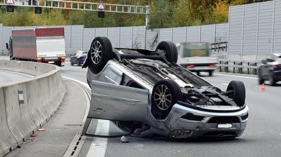 Die Unfallstelle unmittelbar bei der Autobahnausfahrt Emmen Süd. (Bild: Luzerner Polizei (28. Oktober 2020))