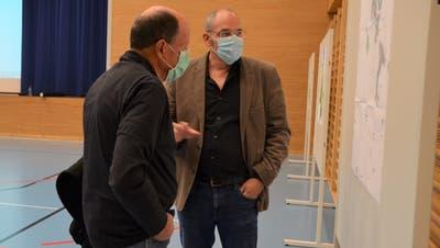 Christoph Brugger vom bhateam Ingenieure AG, Raumplaner FH/FSU, erläutert einem Besucher die Revison der Ortsplanung Salenstein. (Bild: Margrith Pfister-Kübler)