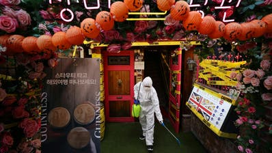 In Südkoreas Hauptstadt Seoul wird breitflächig desinfiziert. (Yonhap / EPA)