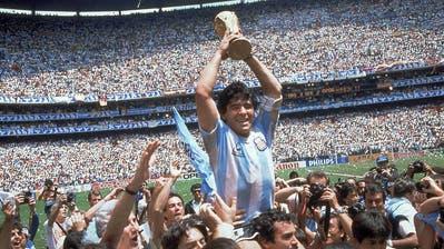 Am Höhepunkt: Diego Armando Maradona stemmt den WM-Pokal hin die Höhe, nach dem Finalsieg gegen Deutschland 1986 in Mexiko. (Carlo Fumagalli / AP)