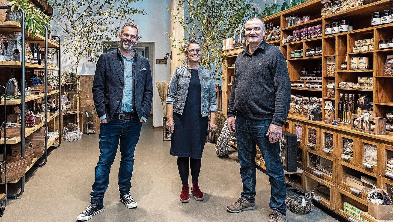 Arno und Irene Estermann mitBrivael Pasquali (von links) vor ihrem Verkaufsladen in Rain. (Bild: Patrick Hürlimann (22. Oktober 2020))