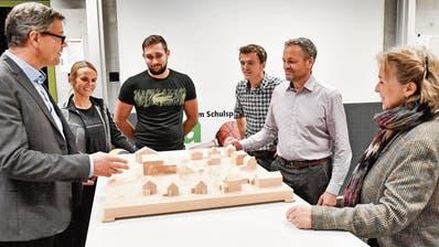BZT-Rektor René Strasser (links) und Paul Koch (Präsident Pro-Komitee) mit weiteren Befürwortern vor dem Modell des Bauprojekts, das in einem Wohnquartier zu stehen kommen soll. (Bild: Donato Caspari)