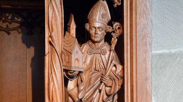 Der heilige Wolfgang im Chorgestühl der Wolfgangskirche zu Hünenberg: Es ist eine Kopie des originalen Chorgestühls von 1486. Dieses befindet sich im Landesmuseum Zürich. (Bild: Andreas Faessler (12.Juli 2016))