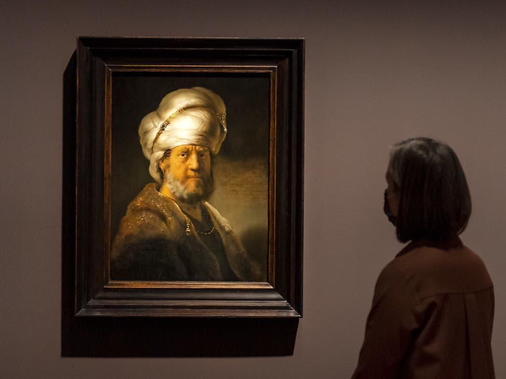 Das Brustbild eines Mannes in orientalischer Kleidung (1635) diente Rembrandt wohl vor allem als Herausforderung, den Turban prunkvoll ins Licht zu stellen.
