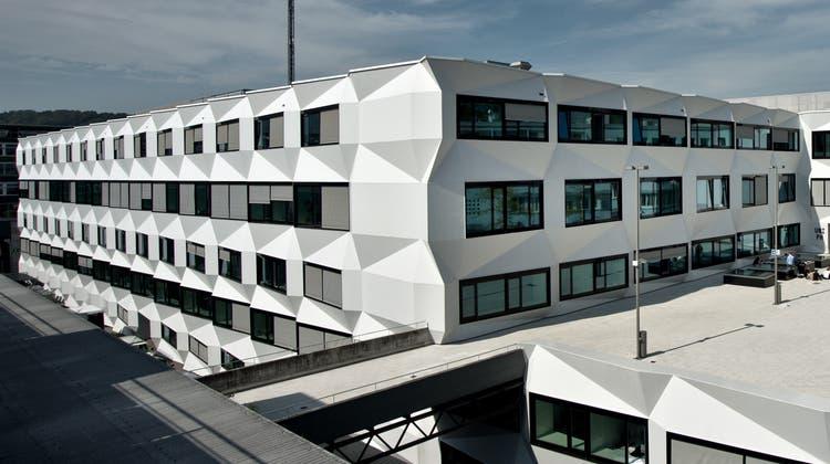 Das Postgebäude vor 15 Jahren (oben) und das heutige Uni-Gebäude in Luzern. (Bilder: Peter Appius und Pius Amrein)