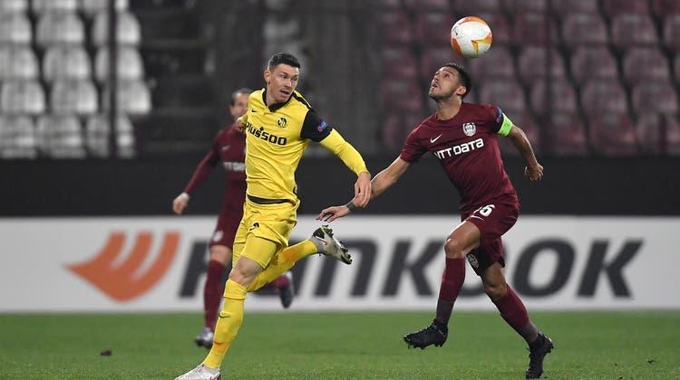 YB-Torschütze Christian Fassnacht (links) im Duell mit Cluj-Captain Andrei Burca. (Freshfocus)