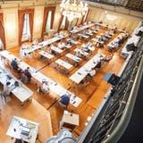 Ein Bild aus dem August, als noch keine Maskenpflicht herrschte: der Frauenfelder Gemeinderat im Grossen Bürgersaal in ungewohnter Coronasitzordnung. ((Bild: Andrea Stalder))