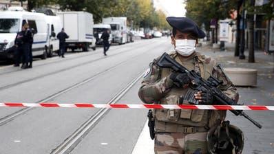 Schwer bewaffnete Polizeieinheiten sichern die Kirche Notre-Dame de l'Assomption in Nizza. Ein mutmasslich islamistischer Terrorist hatte hierzuvor 3 Menschen ermordet. (Sebastien Nogier / EPA)