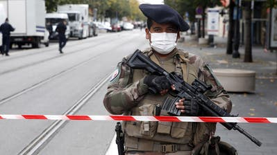 epa08782697 Armed French police officers secure the street near the entrance of the Notre Dame Basilica church in Nice, France, 29 October 2020, following a knife attack. According to recent reports, at least three people are reported to have died in what officials treat as a terror attack. The attack comes less than a month after the beheading of a French middle school teacher in Paris on 16 October.  EPA/SEBASTIEN NOGIER (Bild: Sebastien Nogier/EPA (Nizza, 29. Oktober 2020))