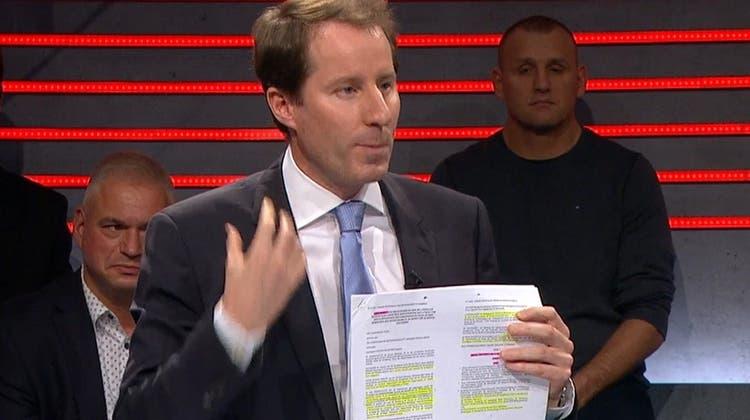 SVP-Fraktionschef Thomas Aeschi nahm den Text zum Rahmenabkommen gleich mit ins Studio. (watson.ch)