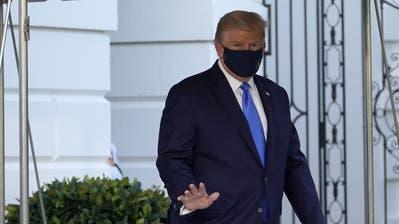 Trump auf dem Weg ins Krankenhaus. (Keystone)