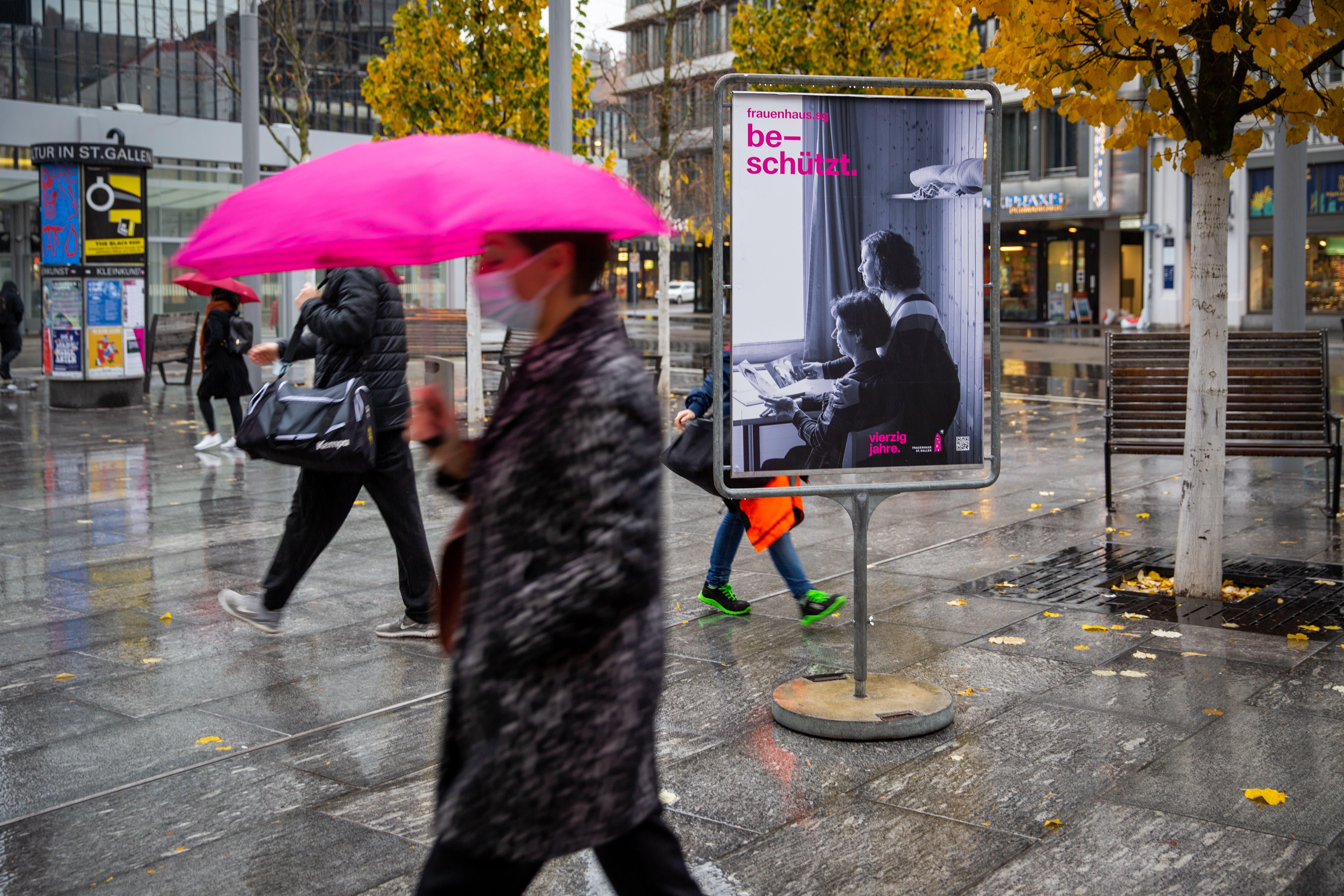 Impressionen von den Plakaten des Frauenhauses St.Gallen auf dem Bahnhofplatz.