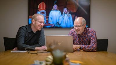 Samichlaus Roman Rieger (rechts) und Schmutzli Peter Knill in Zivil. (Bild: Michel Canonica)