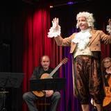 Schikaneder (Matthias Peter) wittert den Bühnenknüller «Zauberflöte» – und hofft auf volle Kassen. Das Edes-Trio (Daniel Pfister, Christian Bissig, Johanna Degen) spielt dazu Mozarts Hits. (Bild: Ralph Ribi)