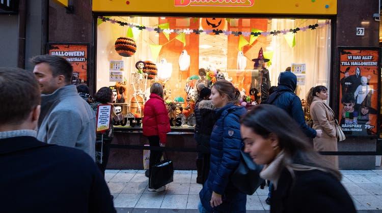 Einkaufen in Stockholm - ohne Maske. Schweden verzichtet trotz steigender Zahlen auf die Maskenpflicht. (Amir Nabizadeh / EPA)