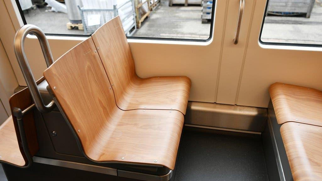 Die Sitze sind aus Holz.