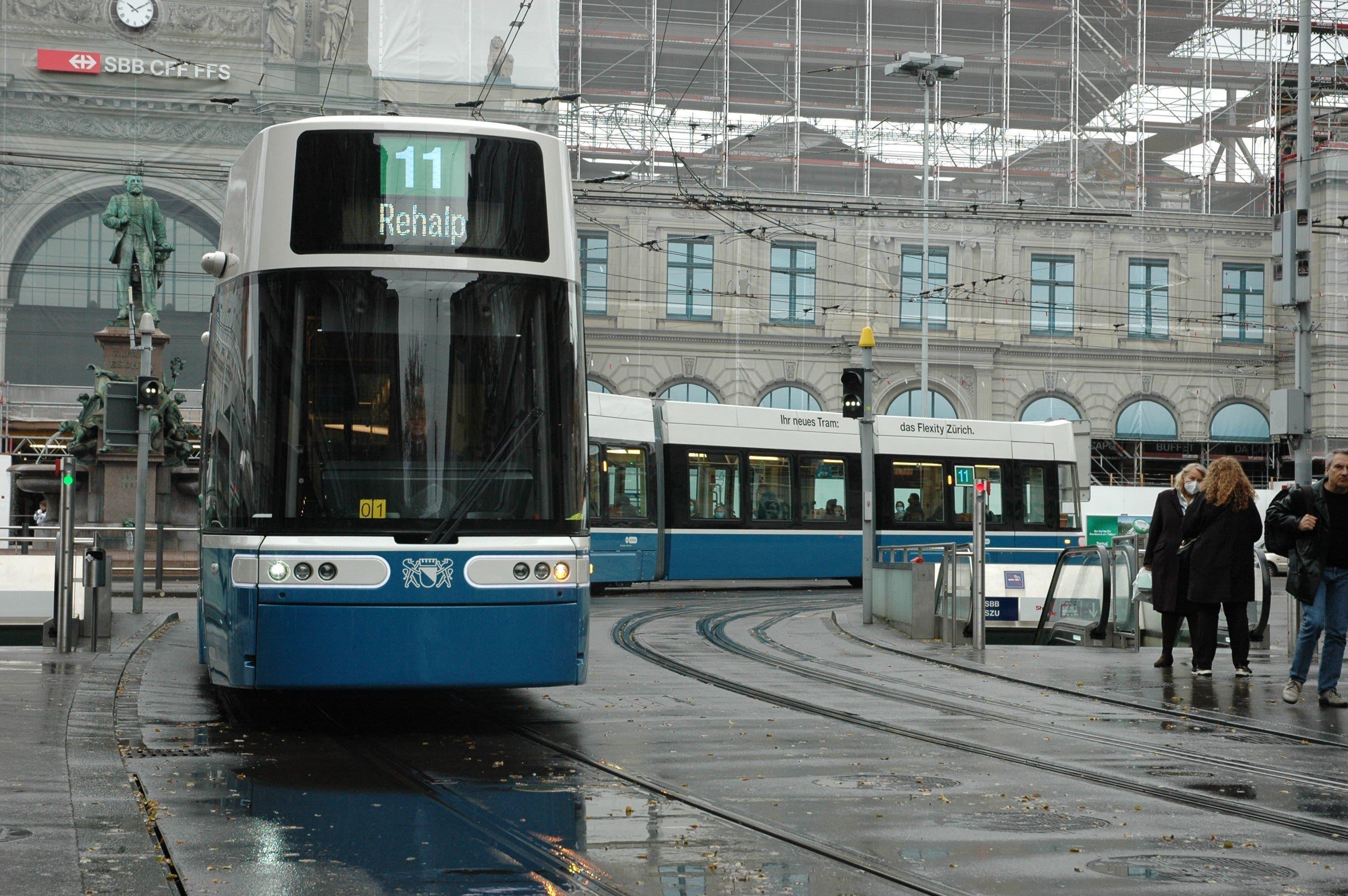 Das erste neue Tram vom Typ Flexity fährt auf der Linie 11 durch Zürich.