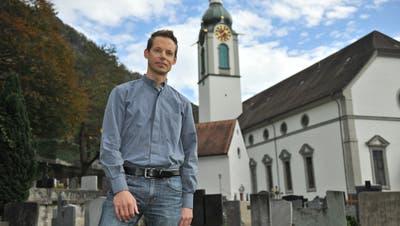 Vikar Armando Auf der Maur vor der St.-Martin-Kirche in Altdorf. (Bilder: Urs Hanhart (21. Oktober 2020))