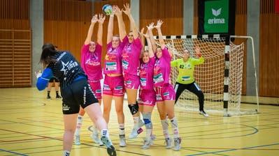 Für den LK Zug (im Bild Topskorerin Sibylle Scherer) und die Spono Eagles läuft der Spielbetrieb vorläufig weiter. (Christian H. Hildebrand (Zug, 17. Oktober 2020))