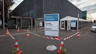 Das Corona-Testcenter in der Zufahrt zum Zuger Kantonsspital in Baar. (Bild: Stefan Kaiser (21. Oktober 2020))