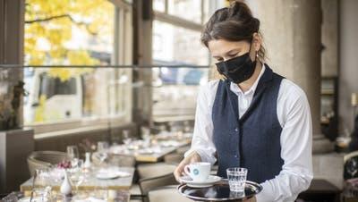 Schutzmassnahmen in Restaurants helfen, die Verbreitung des Virus einzudämmen. (Bild: Ennio Leanza/Keystone)