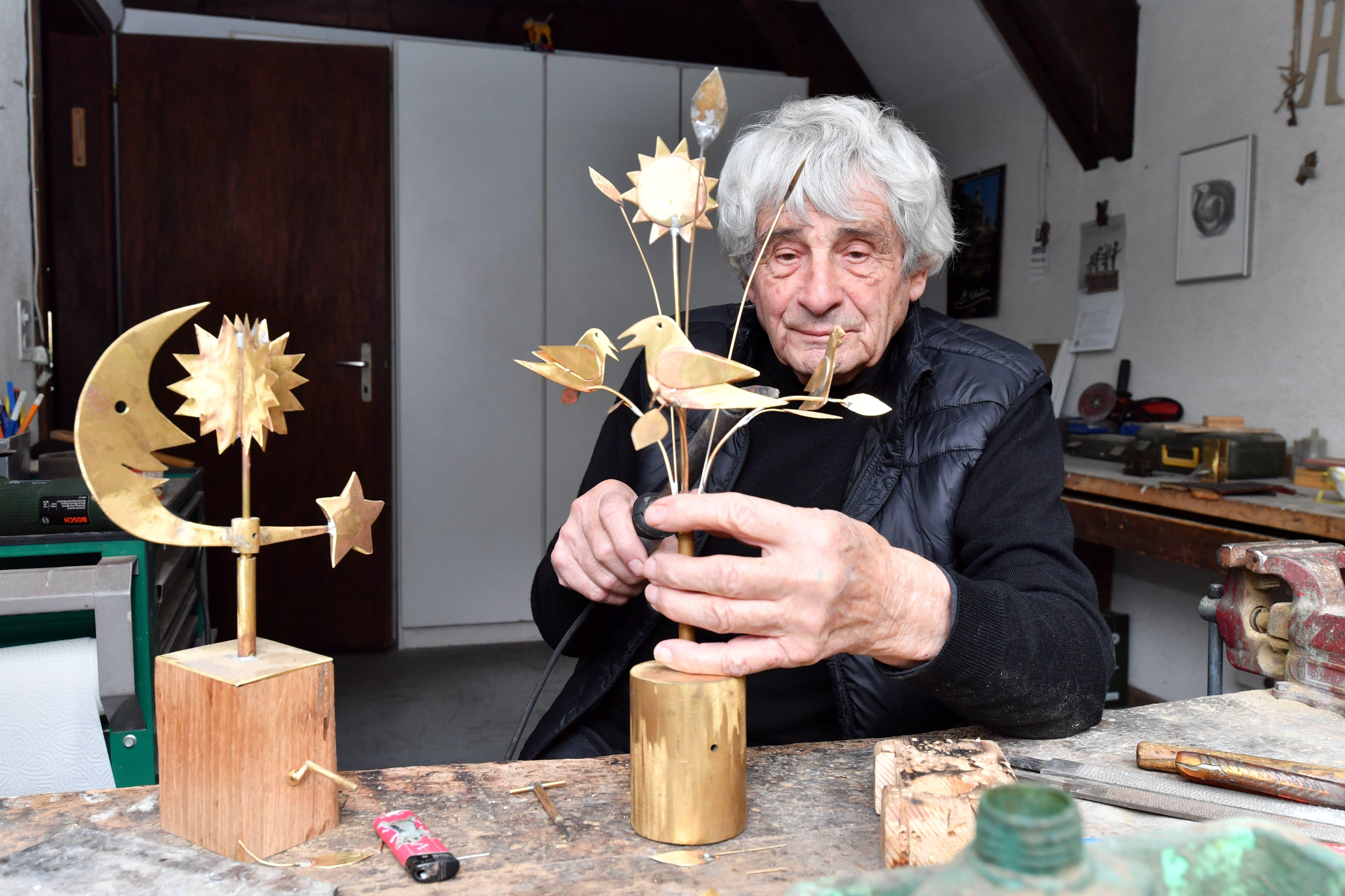 Der Künstler Paul Gugelmann an der Arbeit in seinem Atelier.