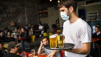 Viele Unternehmen wie etwa Restaurants können nach wie vor Kurzarbeit beantragen, wenn das Geschäft schlecht läuft. (Keystone)