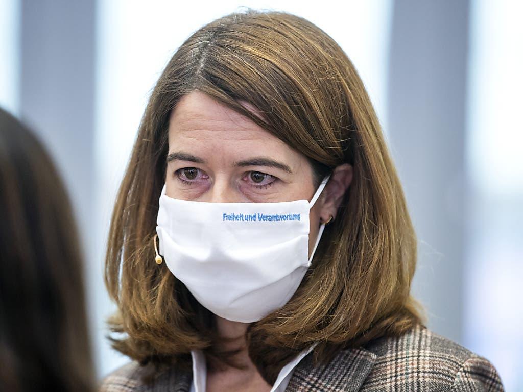 FDP-Präsidentin Petra Gössi trägt eine Maske, obwohl sie nicht direkt mit den Delegierten in Kontakt kommen kann, wie sie es gern gehabt hätte.