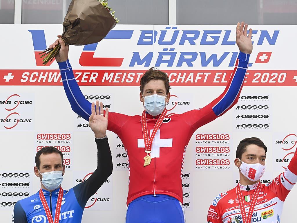 Das Podest der Schweizer Strassen-Meisterschaften 2020: Stefan Küng (Mitte), Silber-Gewinner Danilo Wyss (links) und der drittplatzierte Simon Pellaud