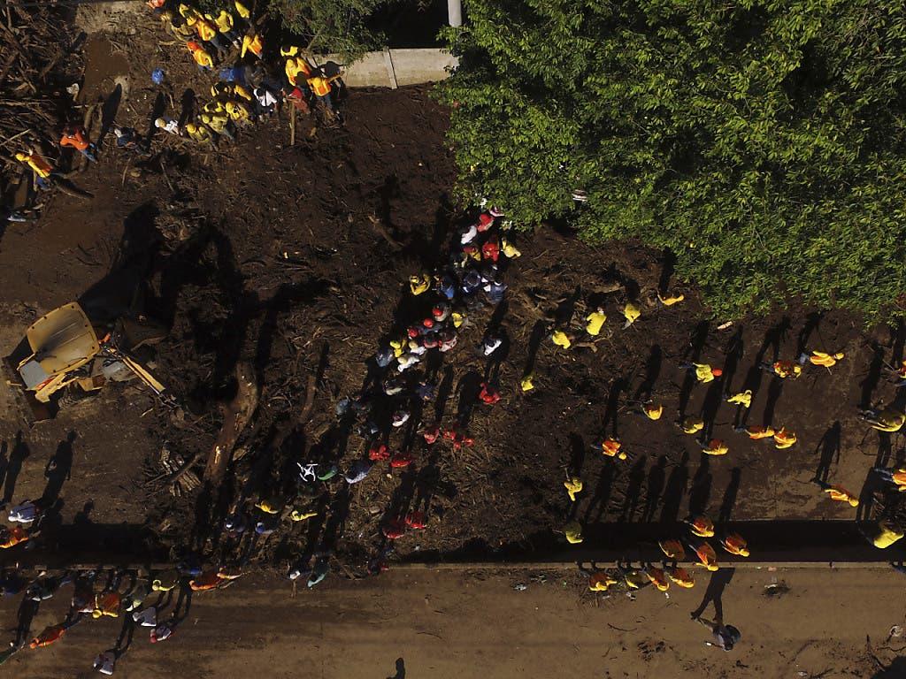 Zahlreiche Rettungskräfte suchten nach dem Erdrutsch in El Salvador nach verschütteten Personen.