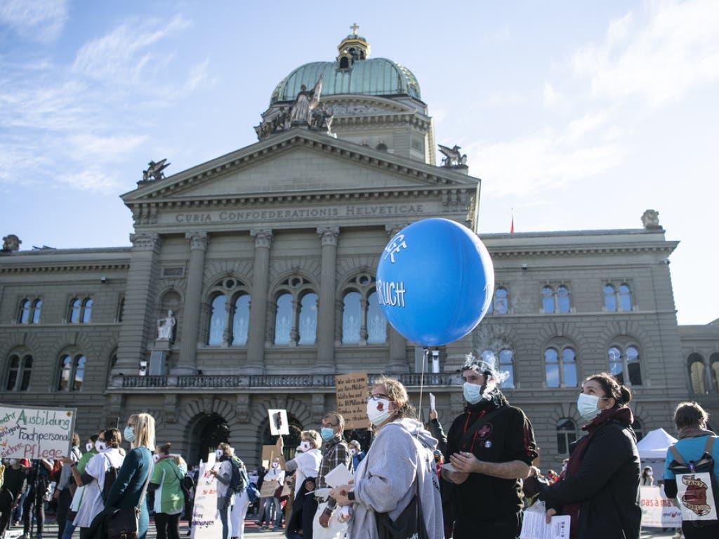 Maskenpflicht und Abstandsregel eingehalten: Die Kundgebung des Gesundheitspersonals vor dem Bundeshaus.