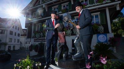 Michael Rogenmoser (links) und Martin Rust vor der Legorenskulptur. (Bild: Stefan Kaiser (Oberägeri, 3. Oktober 2020))