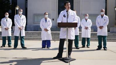 Dr. Sean Conley spricht vor dem Walter Reed-Spital über den Gesundheitszustand von Patient Donald Trump. (Jacquelyn Martin / AP)
