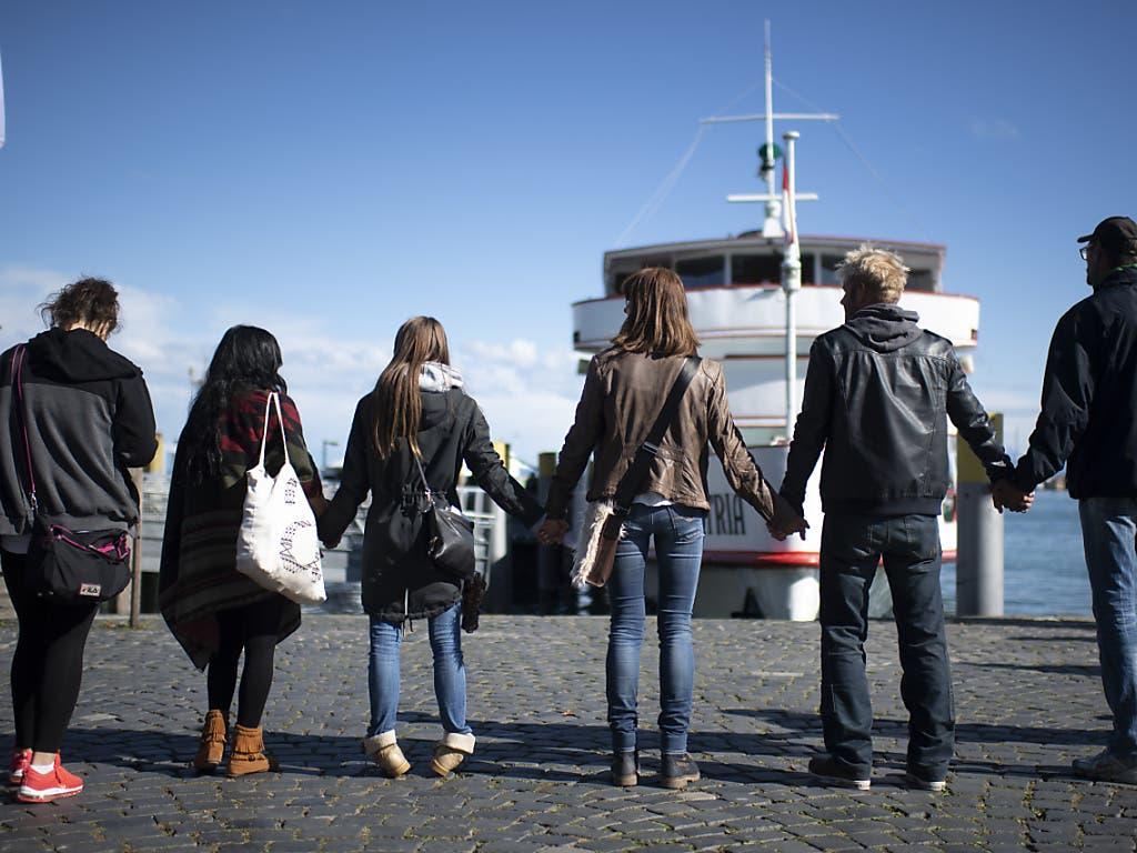 «Querdenker» bilden am Samstag in Konstanz eine Menschenkette.
