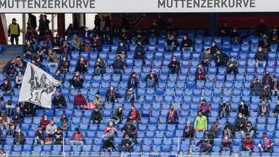 Sitzplätze in der Muttenzerkurve – die Fans, die sonst hier stehen, bleiben darum fern. (Bild: Martin Meienberger/Freshfocus)