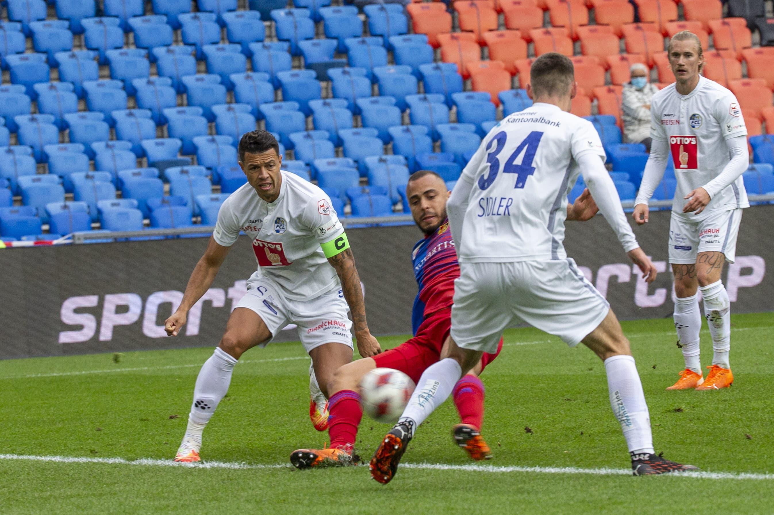 Der Basler Arthur Cabral (Mitte) setzt sich gegen die Luzerner Silvan Sidler (rechts) und Lucas Alves (links) durch und erzielt das 1:0.