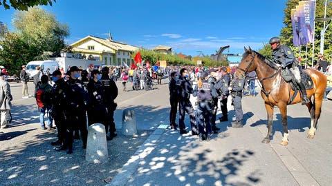 Die Polizei steht bereit. (Bild: Reto Martin)
