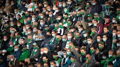 9244 Fussballfans mit Maske verfolgen gebannt das Heimspiel des FC St.Gallen gegen Servette. (Bild: Benjamin Manser)