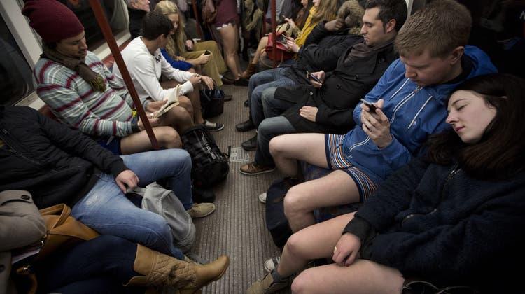 Platz da! – Männer machen sich im Zug zu breit