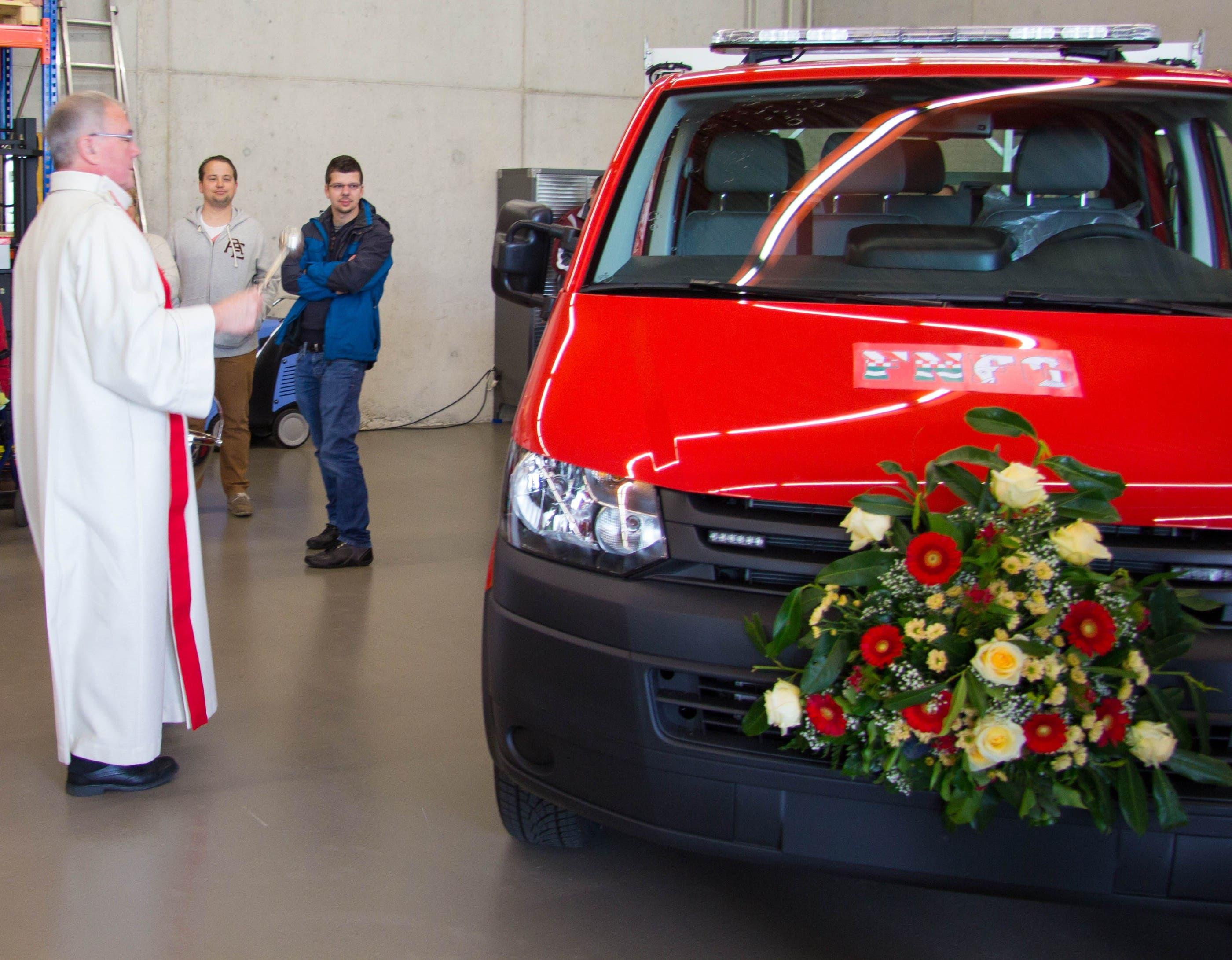 Pfarrer Markus Leutenegger segnet das Fahrzeug