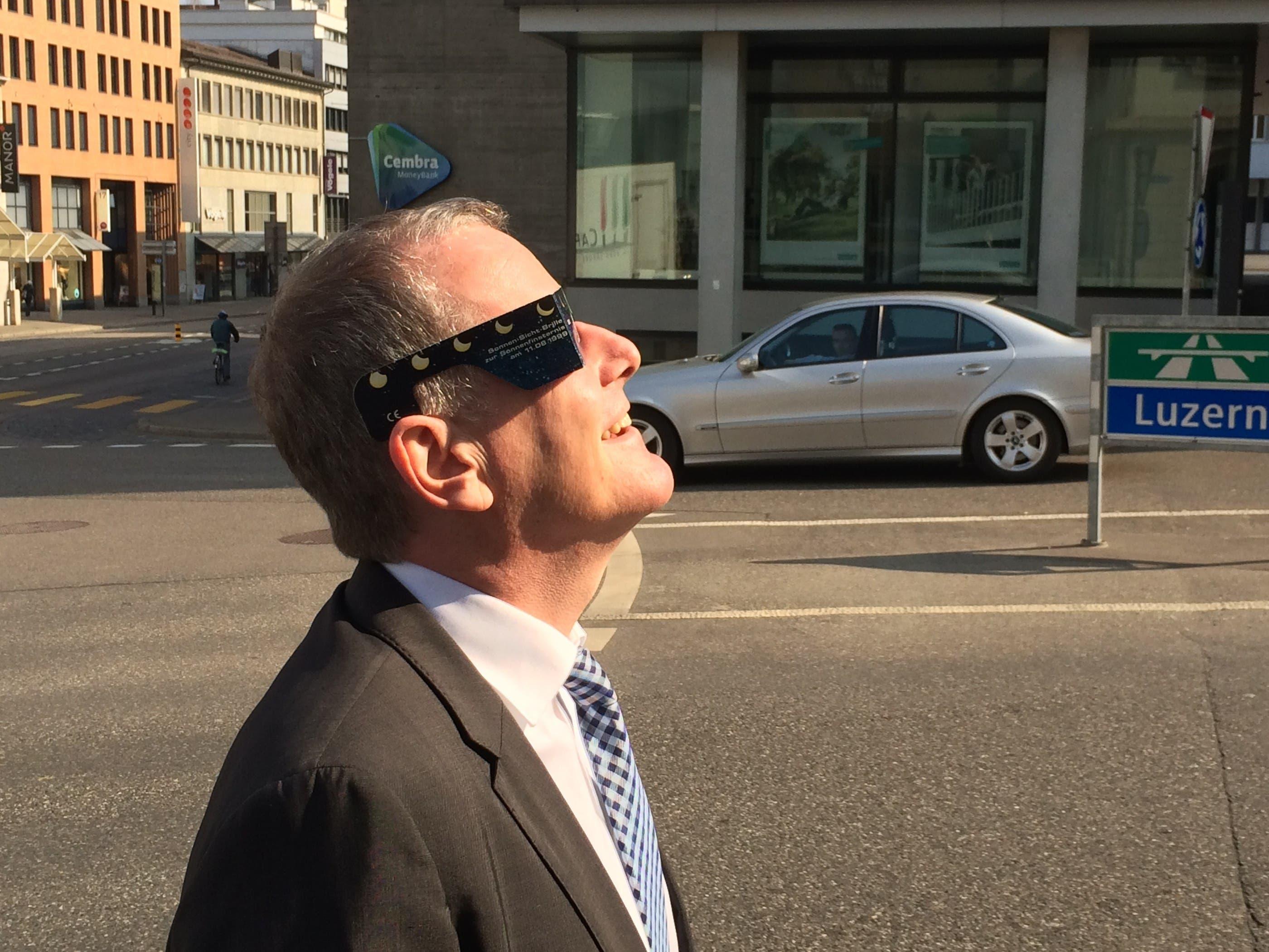 Aargauer Baudirektor Attiger schaut sich Sonnenfinsternis beim Aargauerplatz an
