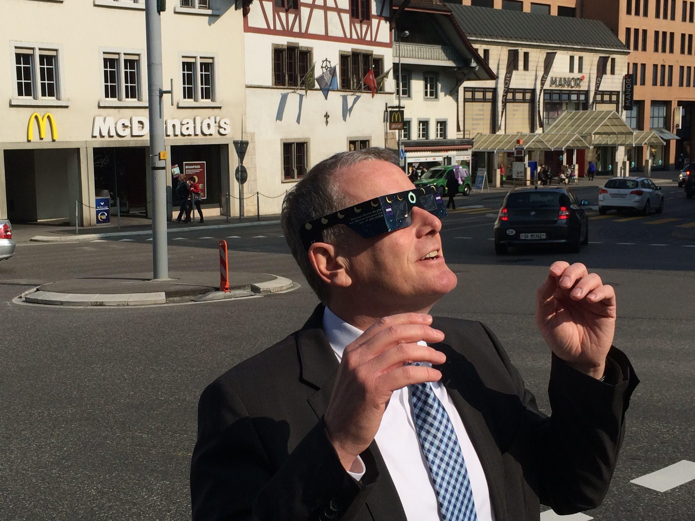 Entzückt: Der Aargauer Regierungsrat Stephan Attiger schaut durch die geborgte Sonnenfinsternis-Brille. Und posiert auch gleich noch fürs amtliche Foto zum Ereignis des Tages.