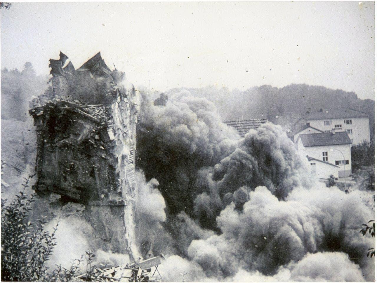 1973 wurde die alte Kirche durch das Militär gesprengt.