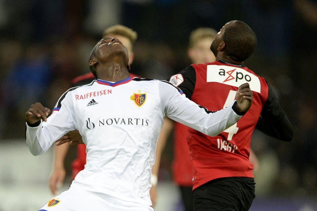 Wo ist der Ball? Breel Embolo, links, von Basel, im Duell mit Aaraus Kim Jaggy.