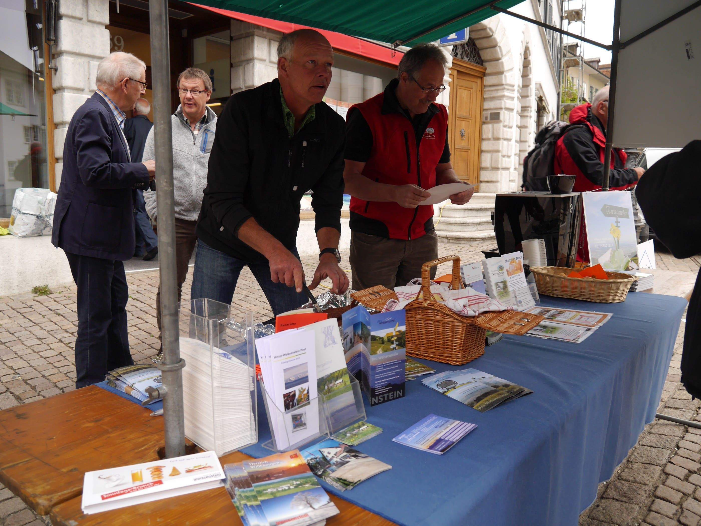 Pro-Weissenstein am Markt Vorbereitungen für Zopf und Kaffee - Uli Stucki - Hinter-Weissenstein und Willy Niederhauser - Sennhaus